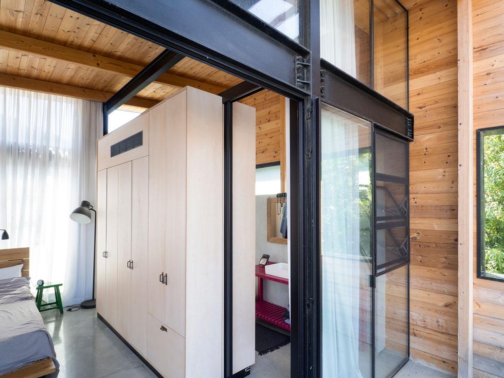 הארונות מוקפים זכוכית. מבט לכיוון חדר הרחצה הזוגי, מהמרפסת הצמודה (צילום: נגה שחם פורת)