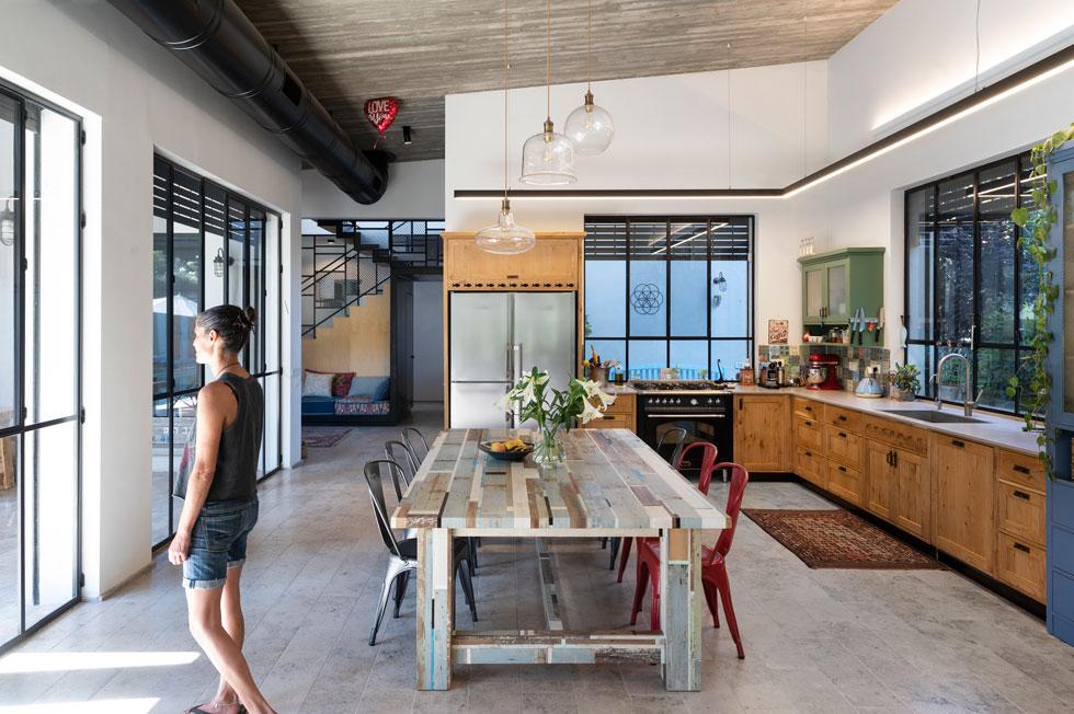 המטבח מעוצב בסגנון כפרי, עם ארונות מעץ מלא ושולחן אוכל גדול ומאסיבי מעץ ממוחזר (צילום: נגה שחם פורת)