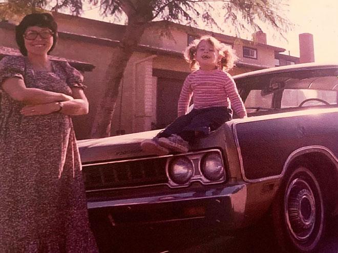 """בארצות הברית, עם הבת הבכורה. """"הייתי מרותקת לחיים החדשים ולחברה החדשה"""" (צילום: אלבום פרטי)"""