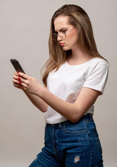 המנח הרצוי הוא להחזיק את הנייד בגובה העיניים (צילום: Shutterstock)