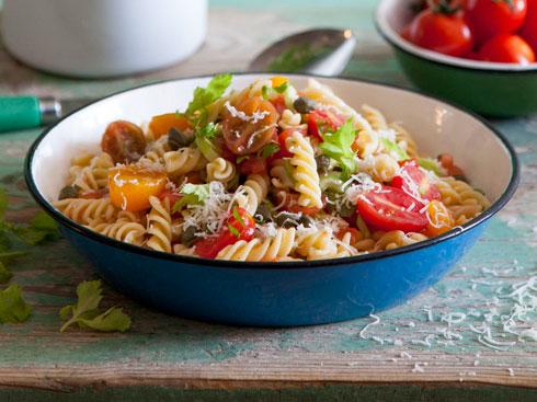 פסטה ברוטב עגבניות, ללא בישול (צילום: יוסי סליס, סגנון: נטשה חיימוביץ')