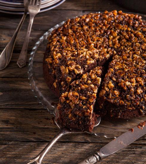 עוגת שוקולד עם ציפוי קרמל ואגוזים (צילום וסגנון: אסף אמברם)