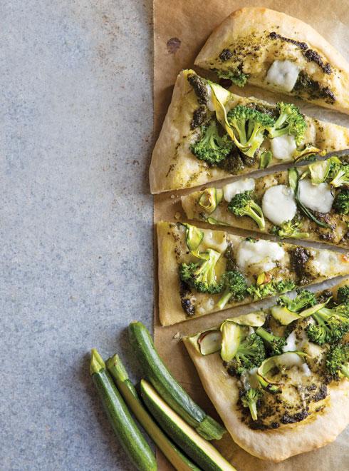 פיצה ירוקה עם פסטו, ברוקולי וזוקיני (צילום: דני לרנר, סגנון: נועה קנריק)