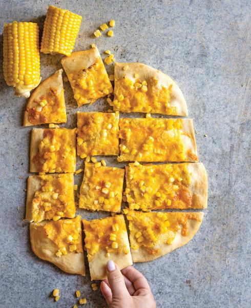 פיצה צהובה בציפוי פולנטה ותירס  (צילום: דני לרנר, סגנון: נועה קנריק)