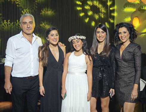 ליבנת עם בעלה אמנון ובנותיהם אור, יעל והילה (במרכז)  (צילום: דור בורוכוב ברנז'ה צלמים)