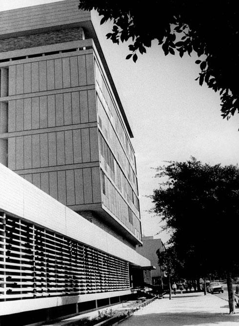 בית לשכת המס של קופת חולים ברחוב ארלוזורוב בתל אביב (אוסף משה ומרדכי בן חורין, ארכיון אדריכלות ישראל)