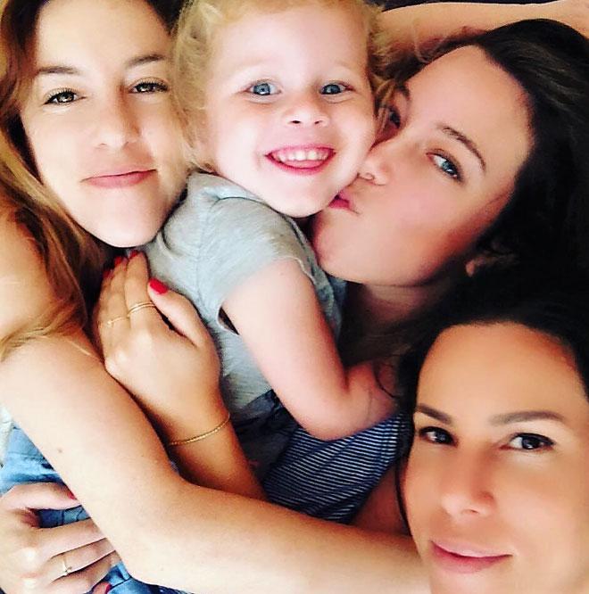 """קספרס עם בתה ושתי אחיותיה. """"כוחנו באחדותנו, וזו לא קלישאה"""" (צילום: אלבום פרטי)"""