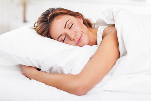 תנוחה זו מזיקה לגב התחתון בשל העומס המצטבר על האזור המותני (צילום: Shutterstock)