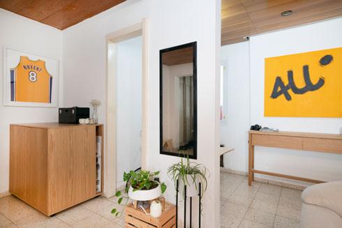 הדירה השכורה של עומר בתל אביב, שאת רהיטיה ייצר בעצמו
