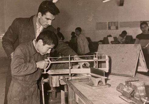 סבא אליאס בבית הספר לנגרות, שבו לימד באיראן (צילום: באדיבות עומר כנעני)