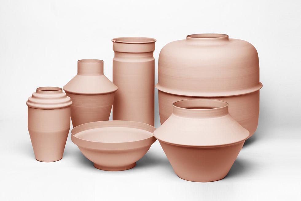 כלים שימושיים שנראים כמו כלי חרס, אך עשויים ממתכת, בעיצוב סטודיו fe (מיקי מן). 376-710 שקלים (צילום: אלעד חזקי)