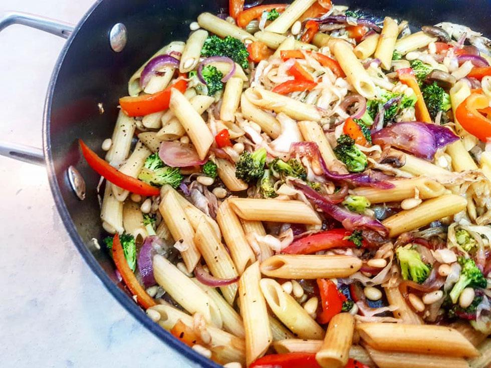 אוהבים לשייך מתכונים לאחד המטבחים הקלאסיים? אנחנו חושבים שפיוז'ן זה הכי טעים: פסטה עם ירקות וצנוברים (צילום: אסתר דורון צרפתי)