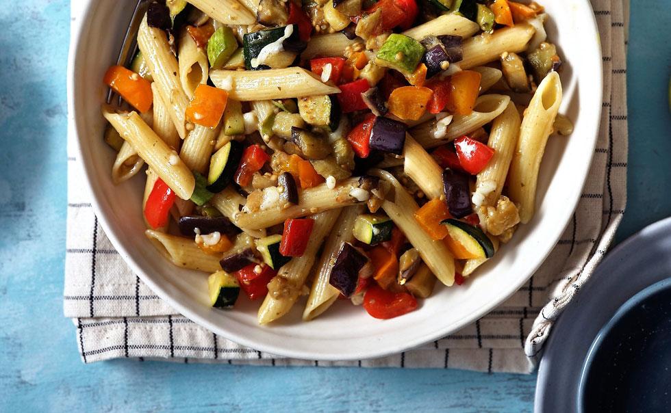 מי יסרב לארוחת צהריים כזאת? פסטה עם ירקות מוקפצים ופסטו (צילום: אנטולי מיכאלו)