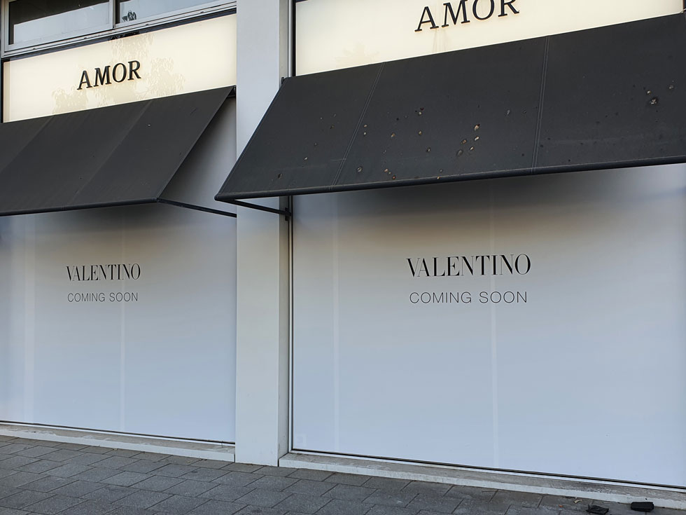 """לצד החנויות שנסגרו,  בקרוב צפויה להיפתח בכיכר המדינה חנות של בית האופנה האיטלקי ולנטינו, כחלק מ""""חנות בתוך חנות"""" (צילום: איתי יעקב)"""