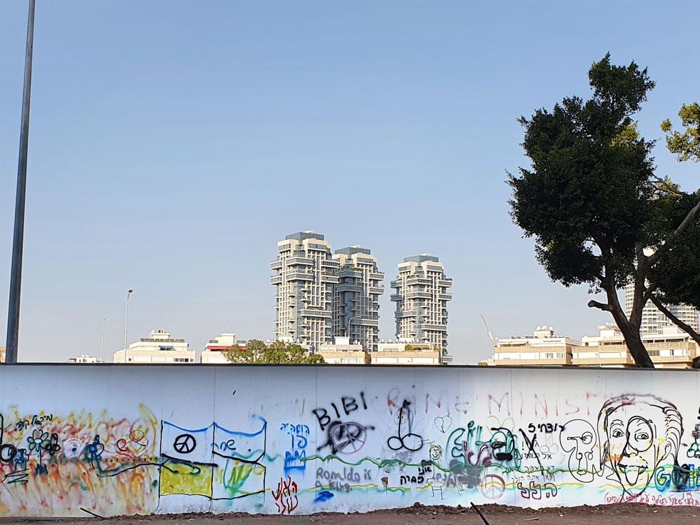 במרכז הכיכר נבנים בימים אלה מגדלי מגורים, ובעיות החניה המפורסמות באזור רק החמירו (צילום: איתי יעקב)