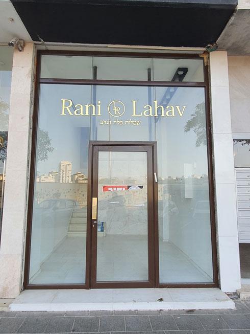 חנות שמלות הכלה והערב של רני להב שנסגרה (צילום: איתי יעקב)