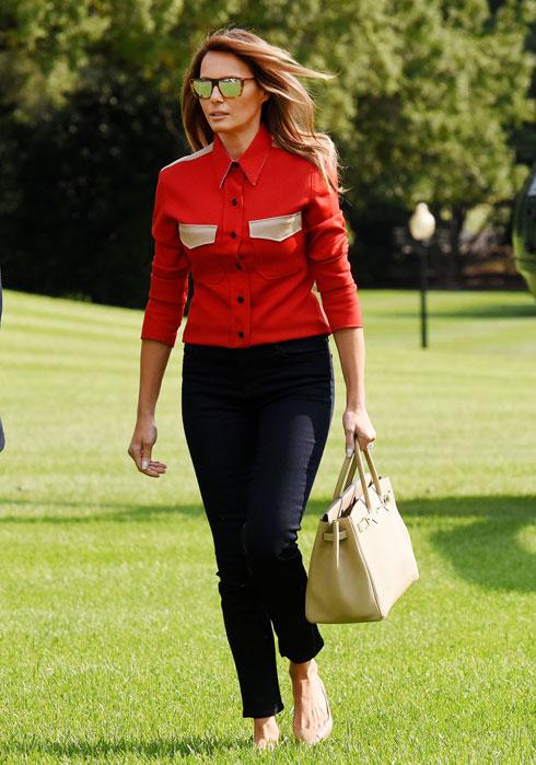 ספטמבר 2017. מלניה טראמפ תמיד היתה מעט נועזת בבחירת הבגדים שלה. למרות שמעצבים אמריקאים רבים קראו להחרימה, היא קנתה בכסף את הפריטים שאהבה. כאן, לדוגמה, היא בחולצה אדומה של ראף סימונס לקלווין קליין, אשר היתה אחד הפריטים המדוברים מהקולקציה של המעצב (צילום: rex/asap creative)