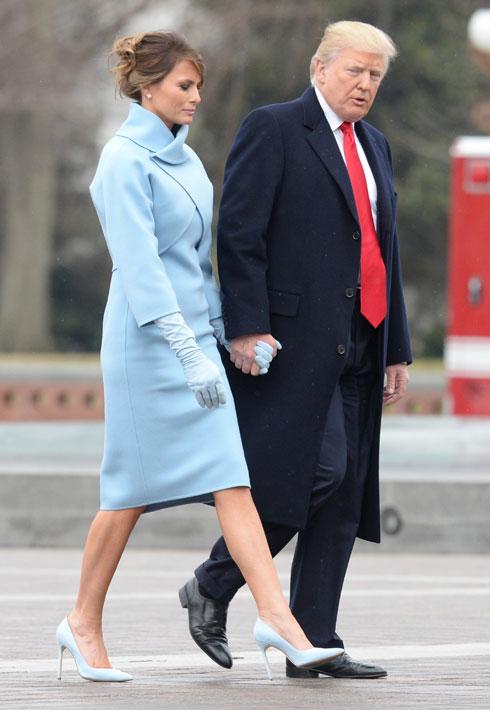 ינואר 2017. הופעת הבכורה כגברת הראשונה, בטקס ההשבעה לנשיאות של דונלד טראמפ. עיני כולם היו נשואות לגבעת הקפיטול בוושינגטון כדי לראות מה תלבש מלניה טראמפ, שזכתה לעיצוב מיוחד של ראלף לורן לשמלת מעיל בצבע תכלת, שהיתה כולה מחווה לגברת ראשונה אחרת, ג'קלין קנדי, שלבשה בגד דומה להשבעה של ג'ון קנדי כנשיא בשנת 1961 (צילום: Kevin Dietsch/GettyimagesIL)