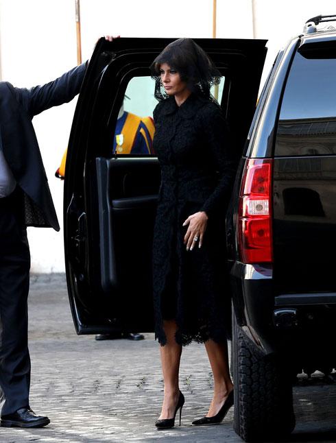 """מאי 2017. טראמפ בטוטאל לוק שחור של דולצ'ה & גבאנה בביקור רשמי אצל האפיפיור פרנציסקוס בוותיקן. על פי הפרוטוקול, """"נשים שמתוכנן להן מפגש ישיר עם האפיפיור מחויבות ללבוש שרוולים ארוכים, בגדים שחורים ורעלה לכיסוי הראש"""", הסבירה סטפני גרישם, דוברת הגברת הראשונה, ל-CNN (צילום: Franco Origlia/GettyimagesIL)"""