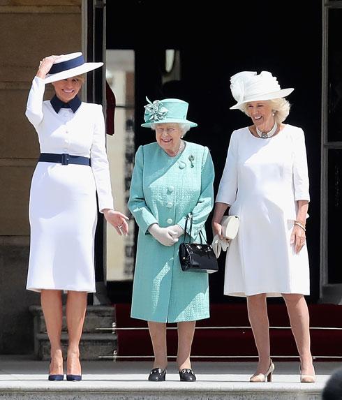 יוני 2019. עוד מאותו ביקור אצל מלכת אנגליה, טראמפ במחווה לנסיכה דיאנה, לבושה שמלה לבנה עם חגורה וצווארון בצבע כחול, עם כובע תואם בעיצוב דולצ'ה & גבאנה  (צילום: Chris Jackson/GettyimagesIL)