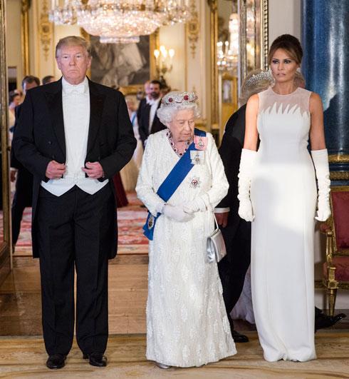 יוני 2019. בביקור רשמי בארמון בקינגהאם בלונדון ומפגש עם המלכה אליזבת ה-II, בחרה טראמפ בשמלת מקסי ללא שרוולים מקו ההוט קוטור של כריסטיאן דיור וכפפות תואמות. דוגמת הלהבות בשמלה תיארה במדויק את האפקט הלוהט של הבגד בחדר (צילום: Jeff Gilbert/GettyimagesIL)