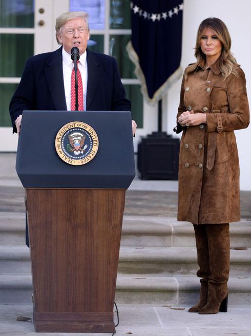 נובמבר 2019. אחד המראות היפים של טראמפ, חובבת צבעוניות אחידה וטוטאל לוק שלם. כאן היא בשמלת מעיל מזמש ומגפיים תואמים של ברברי, שמשווים לה מראה סתווי (צילום: Chip Somodevilla/GettyimagesIL)