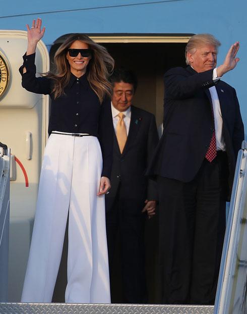 פברואר 2017. לפעמים את הכי יפה במכנסיים וחולצה מכופתרת. טראמפ מוכיחה כי גם בסגנון פשוט ונינוח היא יוצרת מראה בלתי נשכח, לבושה מכנסיים לבנים בגזרה מתרחבת וחולצה מכופתרת בכחול נייבי, שניהם בעיצוב מייקל קורס (צילום: Joe Raedle/GettyimagesIL)