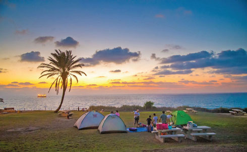 רק באוהלים אישיים. חניון לילה  (צילום: מנו גרינשפן)