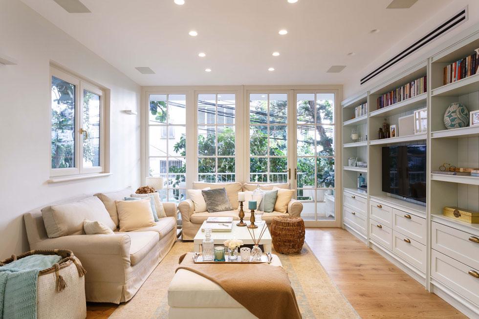 הסלון בדירה בבניין תל אביבי טפוסי, בעל מאפיינים של שימור (עיצוב פנים: הילה מוטיל. צילום: אורית ארנון)