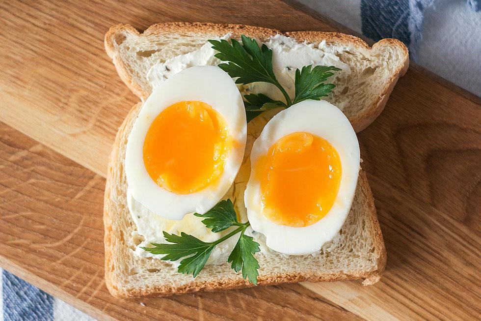 לא רק לסלט: הביצה טעימה כמו שהיא, על לחם קלוי עם מעט חמאה (צילום: Shutterstock)