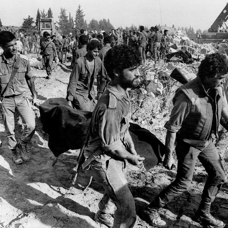 """חילוץ גופה מהבניין בצור. """"עם ישראל לא ידלג על אסון כזה"""". צילום: שלום בר טל"""