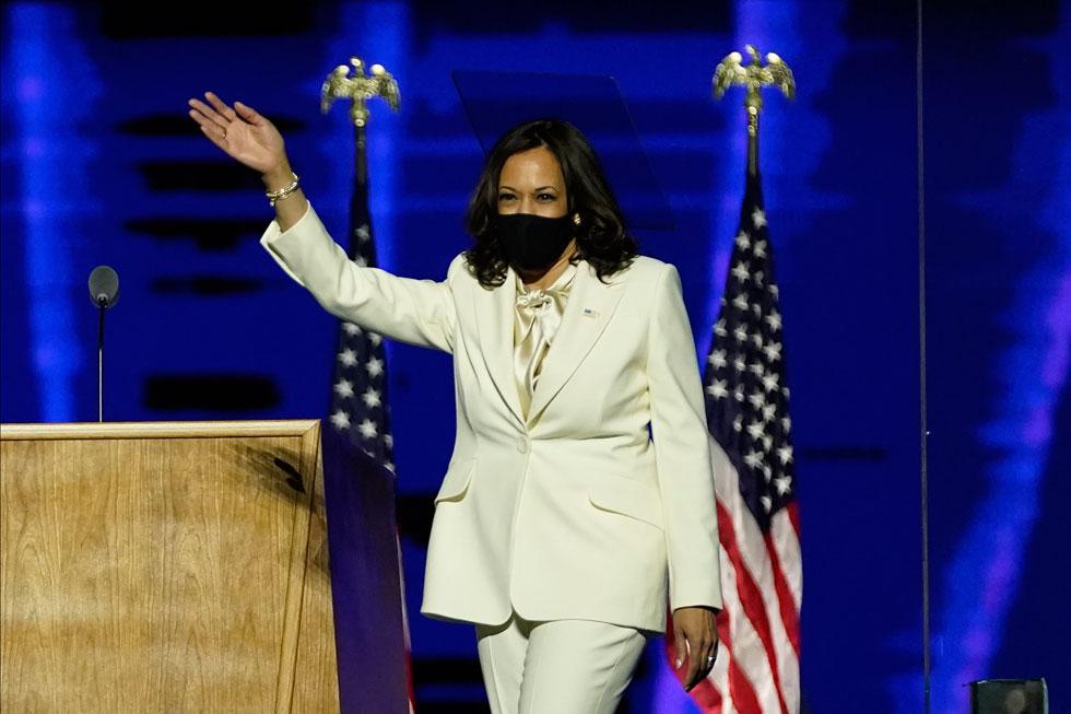 לנאום הניצחון בחרה האריס בחליפת מכנסיים בצבע לבן שמפניה בעיצוב בית האופנה האמריקאי של המעצבת קרולינה הררה (צילום: AP)