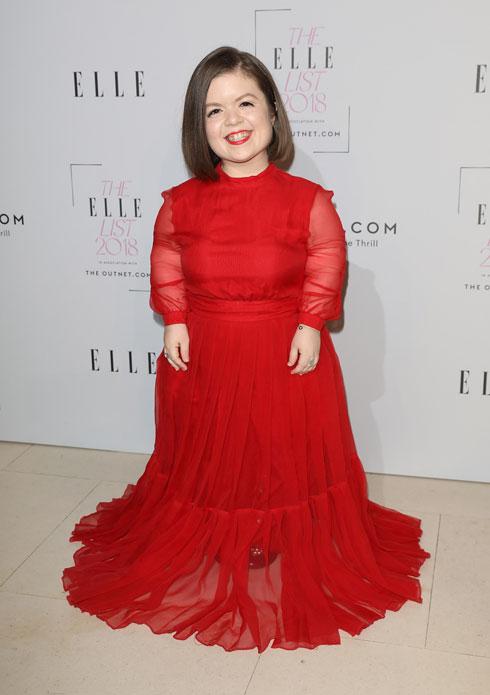 מלווה מילדות בתופרת צמודה שמתאימה את הבגדים למידות הגוף שלה (צילום: Tim P. Whitby/GettyimagesIL)