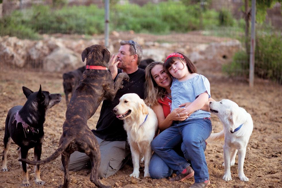 """מימין: אביגייל, שירה וגדי רונן.  """" """"לכלבים יש רדאר לרגשות"""" (צילום: קורין פאל)"""