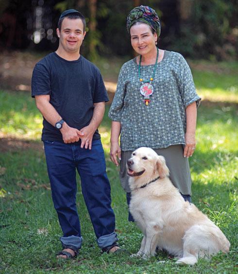 """חני שרייבר, הבן אליאב והכלב בוס. """"בזכות בוס אליאב עצמאי יותר"""" (צילום: קורין פאל)"""