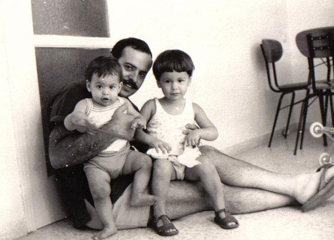 """בגיל שנה (משמאל) עם אביה ואחותה הגדולה. """"ידענו מה מותר ומה אסור"""" (צילום: אלבום פרטי)"""