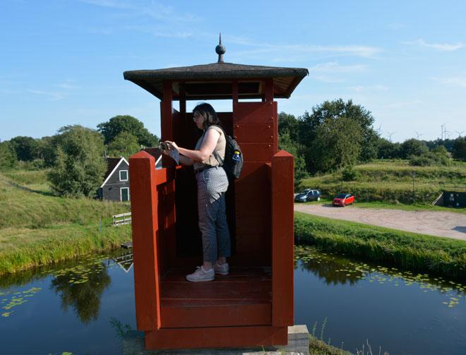 """מטיילת באזור כפרי בהולנד. """"כל עבודה מכברת את בעליה כאן - גם העבודה שלי"""" (צילום: אלבום פרטי)"""
