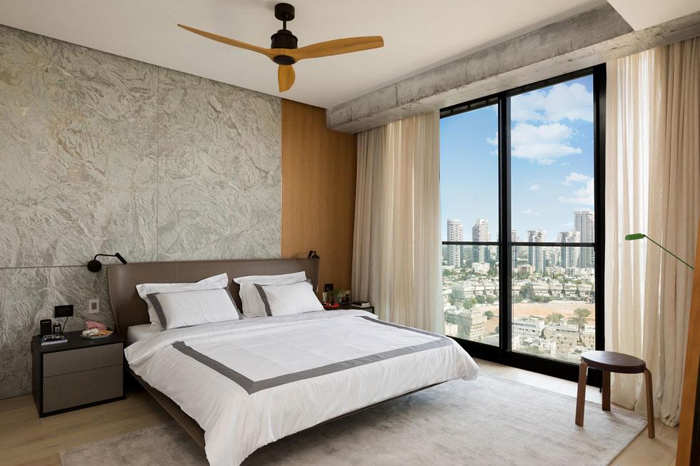 גם חדר השינה משקיף על העיר, והוא עוצב בהשראת בתי המלון שבהם בילו בני הזוג – והם בילו במיטב החדרים (צילום: שירן כרמל)