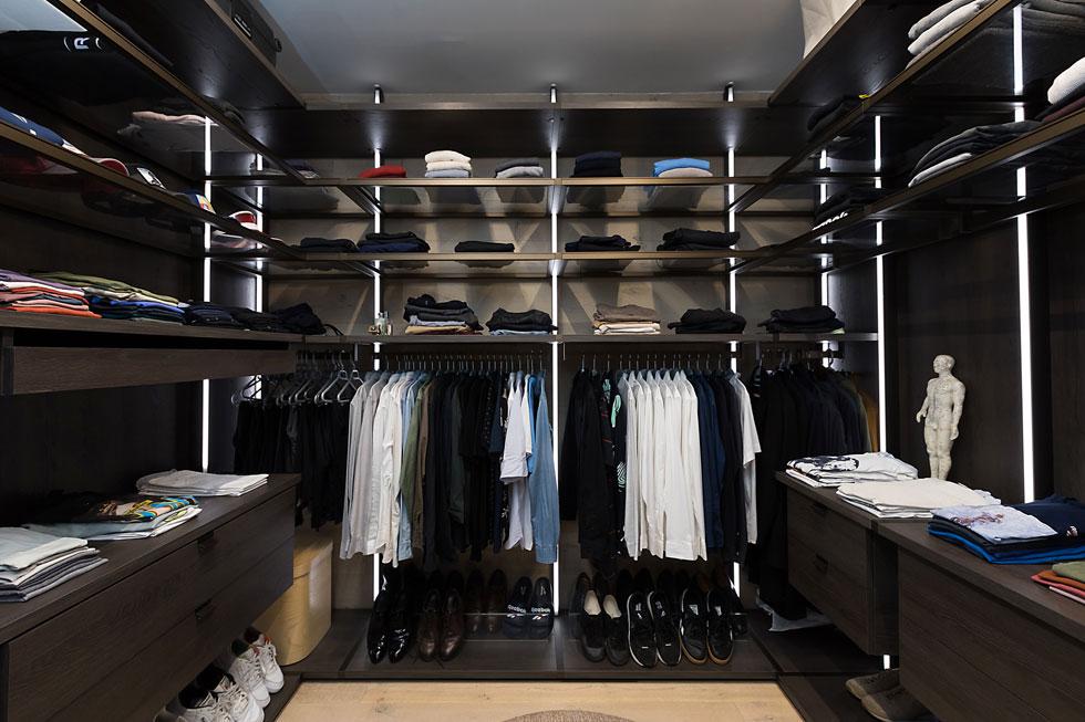 """הממ""""ד הוא חדר הלבשה מתוכנן היטב, עם מראת ענק ושפע של מדפים פתוחים, קולבים ופרטים מוקפדים, כמו ידיות עור למגירות (צילום: שירן כרמל)"""