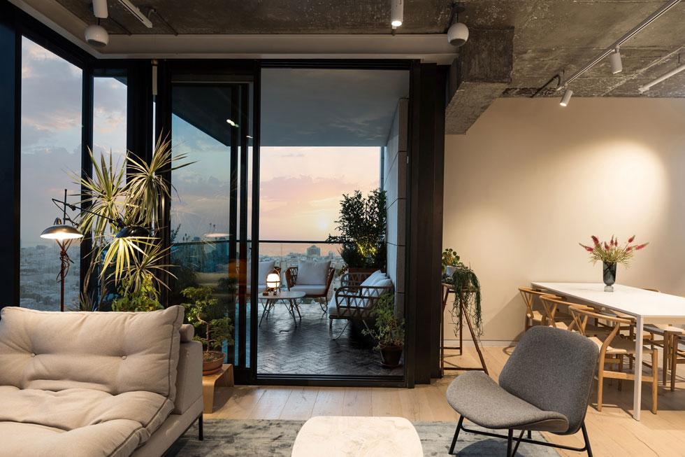 הדירה שופעת צמחייה ירוקה, אותה מטפח אסקולה. ''מאוד אהבתי לגור בקומה שנייה ולדבר עם אנשים מהחלון, באמת, ואני מנסה להתרגל לדבר הזה'', אומר אסי (צילום: שירן כרמל)