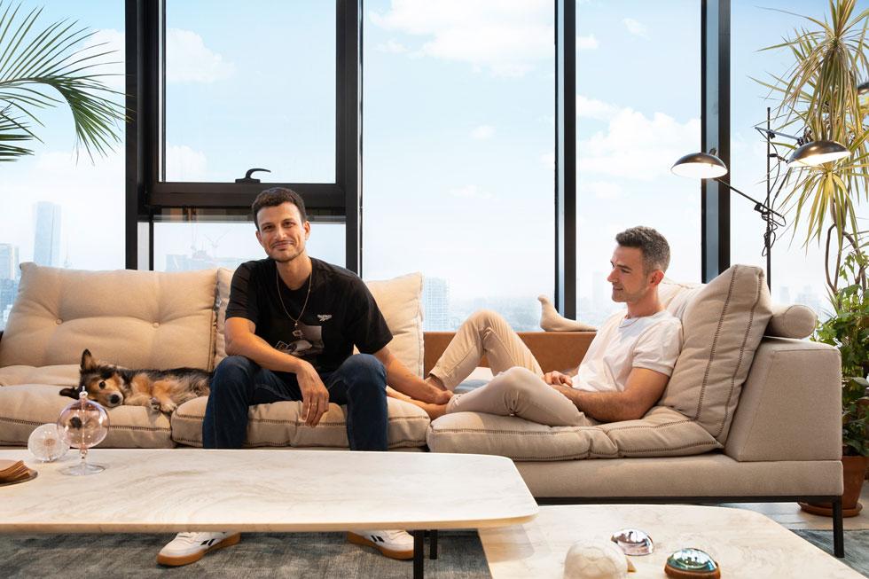 """אלברט אסקולה ואסי עזר בסלון דירתם החדשה. במגדל בחרו מטעמי נוחות: ''בכל דירה שחיפשנו, בגדלים האלה של 150 מ""""ר, המחיר היה מופקע'' (צילום: שירן כרמל)"""