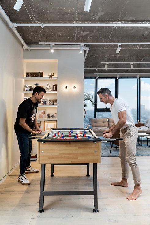 בדירה החדשה, ששטחה גדול בהרבה. שולחן הכדורגל הוא מתנה מצוות האיפור-שיער-סטיילינג של אסי (צילום: שירן כרמל)