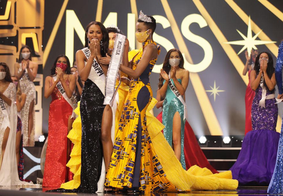 מסכות מעוטרות אבנים הותאמו לבגדי המשתתפות  (צילום: Jessielyn Palumbo/ Miss Universe organization)