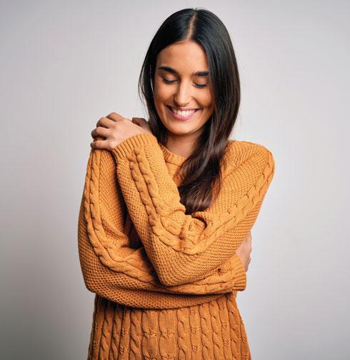 גם חיבוק עצמי יכול לעזור בהרגעת סטרס ובהפחתת כאבים (צילום: Shutterstock)