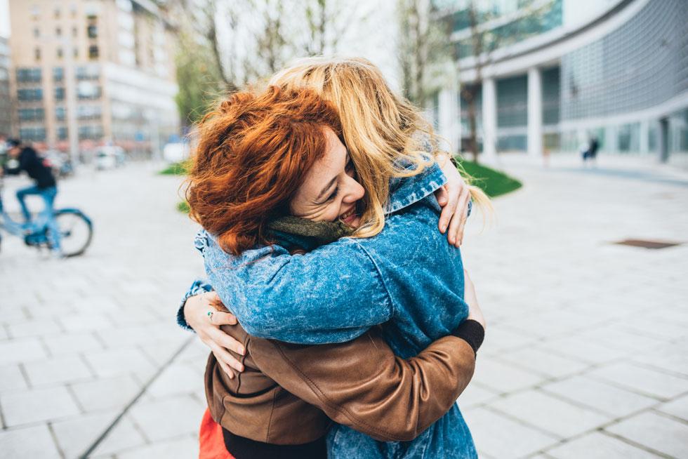 מתברר שחיבוק או מגע של חיבה יכולים לעזור להפחית לא רק את הסטרס של האדם שמקבל אותם, אלא גם של מי שמעניק אותם (צילום: Shutterstock)