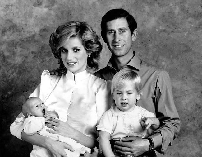 תמונה משפחתית. צ'רלס, דיאנה, וויליאם והארי (צילום: AP)
