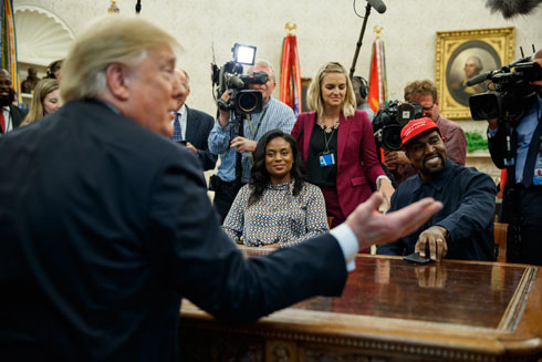 """ווסט בבית הלבן מול הנשיא טראמפ. """"חשוב שתהיה לי תקשורת איתו"""" (צילום: AP)"""