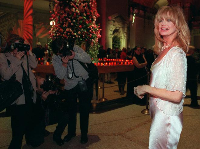 נראית בבית גם בשמלות מהודרות. 1995 (צילום: AP)