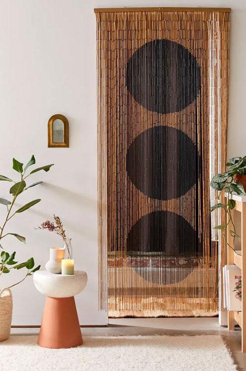 לא רק לדלת: אפשר לתלות כזו מהתקרה, במקום הרצוי בחדר. 165 שקלים, ''אורבן אאוטפיטרס'' (צילום: מתוך urbanoutfitters.com)