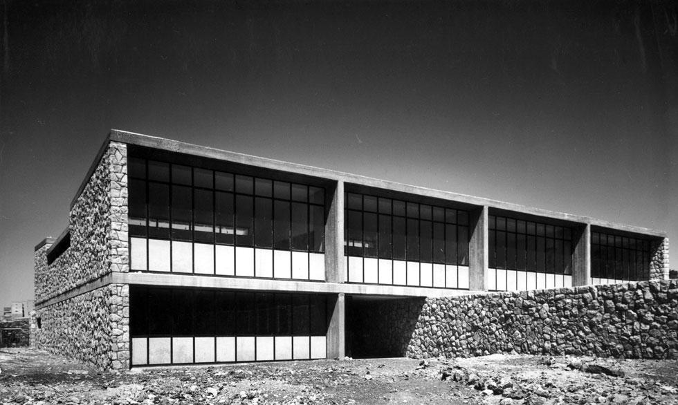 בית ספר יסודי בשכונת קטמון בירושלים (1957). פרשנות למודרניזם ירושלמי בשילוב אבן ובטון (צילום: באדיבות ארכיון אדריכלות ישראל, תל אביב)